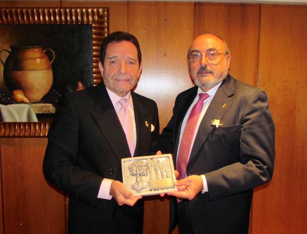 DRS MESA Y DE SANTIAGO ENTREGA PLACA 70•º SEMINARIO SATO SEVILLA NOV 2014.