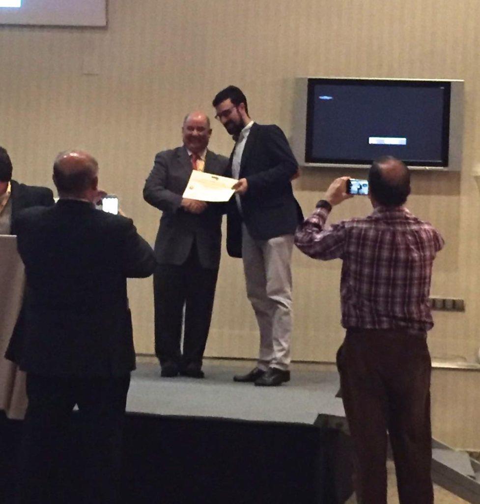 el Doctor Tony Boufard entrega el titulo al Dr Bernaldez