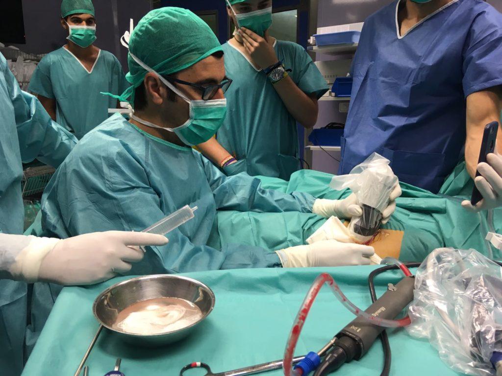 Dr Bernáldez realizando una Cirugia Ecoasistida con el Ecografo Synergy Msk
