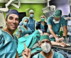 equipo traumatologo Dr bernaldez operando artroscopia de hombro